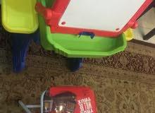 لعبه أطفال مع كرسي للرسم أو الكتابه نظيفه