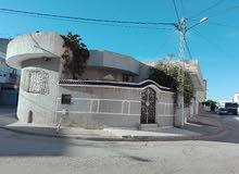 فيلا 270متر ذات ثلاث واجهات رئيسية بها ثلاث محلات تجارية كبيرة قرب محطة اللواجات الطفالة سوسة
