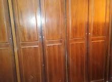 غرفة نوم خزانة وتخت وكمدينتين