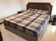 سرير بحالة جيدة جدا استعمال خفيف لمدة شهر واحد 180×200 تاج جلد
