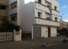 منزل ب3 وجهات علي شارع العام ومرآب للسيارة وحديقة تابعة له