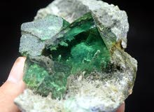 » حجر فلورايت خام 215 جرام شبيه الزمرد