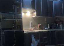 مطبخ أمريكي رخام صناعي نظيف جدا ( إستخدام خفيف)يحتوي على فرن وبتوجز وشفاط ARISTO