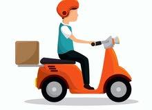 سائق دليفري مع دراجة نارية