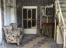 شقه ارضيه تحتوي على كراج وستقبال وهول داخلي وغرفه منام ومطبخ وحمام شرقي وغربي