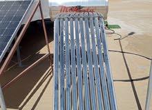 فني كهربائي يعمل في شركة طاقة شمسيه
