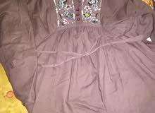 ملابس نسائيه تضم كوستمات وستر وتنانير وفساتين وبلوزات وجاكيتات وقمصان