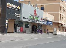 مبني من ستة محلات مؤجره كامل مع سكن للعمال 5غرف 3حمامات مذخوله الشهري 1500دينار