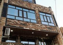 بناء 3طوابق و3غرف نوم 3حمامات 2سطح ومنور قريب الشارع العام والسوق السمكه مع اغرا