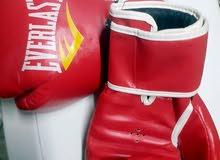 كيس ملاكمة محشي رمل ونشارة خشب بحالة ممتازة مع كفوف ملاكمة طول الكيس متر مع جنزي