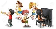 معلمة موسيقى تقوم بتعليم العزف ع الة البيانو والعود