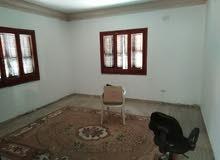 شقة دور اول تتكون من ثلاث غرف و حمام و مطبخ صغير خدمي بدون اثاث