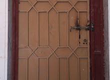 باب حديد بالقفص بالقفل