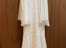 فستان أبيض بقصة السمكة ملبوس مرة واحدة فقط