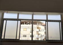 شقة مكسية مؤلفة من ثلاث غرف ومنتفعات مع بلكونة مساحتها 65 م2 جاهزة للسكن طابو أخ