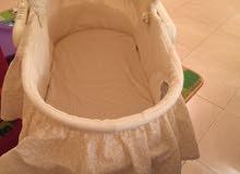 سرير اطفال  نظيف جدا مستعمل شهر واحد يمكن حمله خارج البيت ويستعمل ايضا لتبديل ملابس وحفاضة الطفل