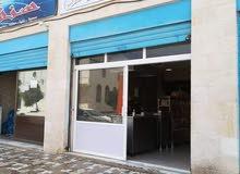 مطعم للبيع بموقع مميز الزرقاء جبل الامير حمزه مقابل مركز صحي حمزه ومسجد حمزه  الكبير