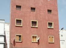 دار للبيع ب 3 طوابق و محلات تجارية و محل للسكنى ب السطح