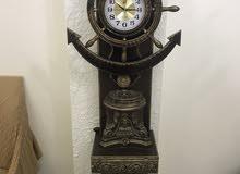 ساعة خشبية راقية تصلح للصالات الفخمة اللون خشبي حفر واللون فخم جداً
