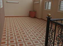 شقة مفروشه بابها  خمس غرف وصالة وثلاث حمامات  بحوش مدخل مستقل