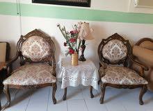 طاولة و كرسيين