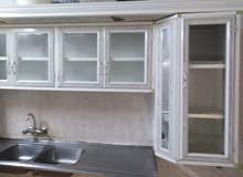 مكيف سبلت وكرسي كمبيوتر ومطبخ