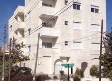 عماره في الجبيهه خلف دوار المنهل من خمس طوابق و روف؛ موقع مميز جداً على شارعين