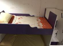 سرير اطفال دورين خشبي مع سلم و ادراج داخل الدرج  اللون ابيض وموف