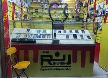 للبيع لايفوتك محل جوالات متكامل موقع تجاري في صنعاء شارع القصر مع غرفة صيانة متكاملة وحمام