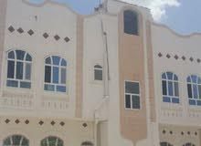 البيت دورين حمام ومجلس مستقلات وثنتين غرف وحمام ومطبخ في كل دور