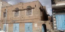 لأصحاب العرطات والمواقع المميزة داخل العاصمة بيت شعبي حجر  مكون من دورين وثلاث فتحات تجارية