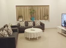 شقة مفروشة بالكامل ثلاثة غرف مع غرفة خادمة بالحد شامل الكهربا عوائل