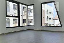 للإيجار شقة 3 غرف نوم مع حمام عدد 2 و مطبخ و صالة في مبنى حديث بالقرب من باب البحرين