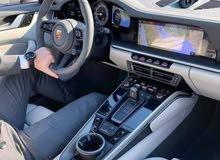 انا سائق بسيارتي  مستعد لتوصيل موظفين التزام بالمواعيد