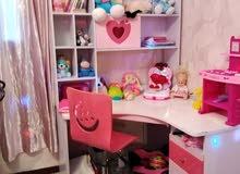 غرفة نوم اطفال بناتية مع الفرشة