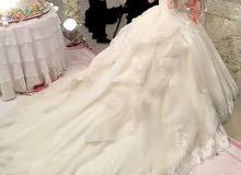 فستان زفاف للبيع مع ملحقاته و الجوتي والتاج للتواصل 92803823