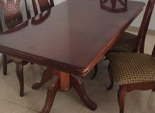 طاوله مكونه من  خمس كراسي