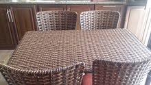 طاولة راتان 4 كراسي بحالة ممتازة بسعر 130 قابل للتفاوض