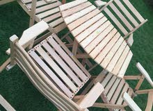 طاولات وكراسي خشبية قابلة للطي ..