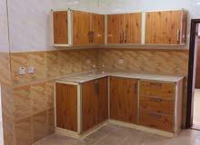 شقة للإيجار ثلاث غرف صالة كبيرة مطبخ مجهز ثلاث حمامات غرفة خدامة مدخل خاص مصفط