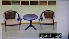 كرسين وطاولة لون بني