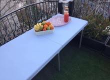 طاولات وكراسي بلاستيك وخشب