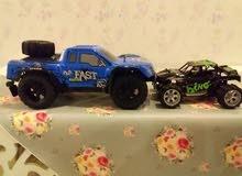 للبيع سيارتين لاسلكيه سياره سوده دفع روباعي وزرقه خلفي