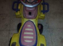 سيارة أطفال  بالشحن  بحالة ممتازه