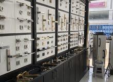 بائع في محلات كهرباء واناره او محلات كوالين مفاتيح
