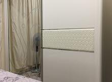غرفة نوم كاملة سرير خلفية جلد وخشب ملكي قياس 220 * 200 سم استعمال 8 شهور فقط بحالة جيدة.