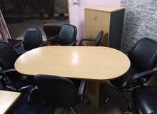 طاولة اجتماعات تركي مع 4 كراسي جلد شبه جديد