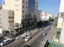 شقه مفروشه على الشارع الرئيسي عمر المختار أمام فندق توباكتس