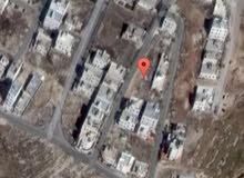 ارض 405م في البنيات اسكان الامانة واجهه عريضة مربعة الشكل