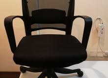 كرسي مكتبي بعجلات نوعية ممتازة وبحالة الجديد